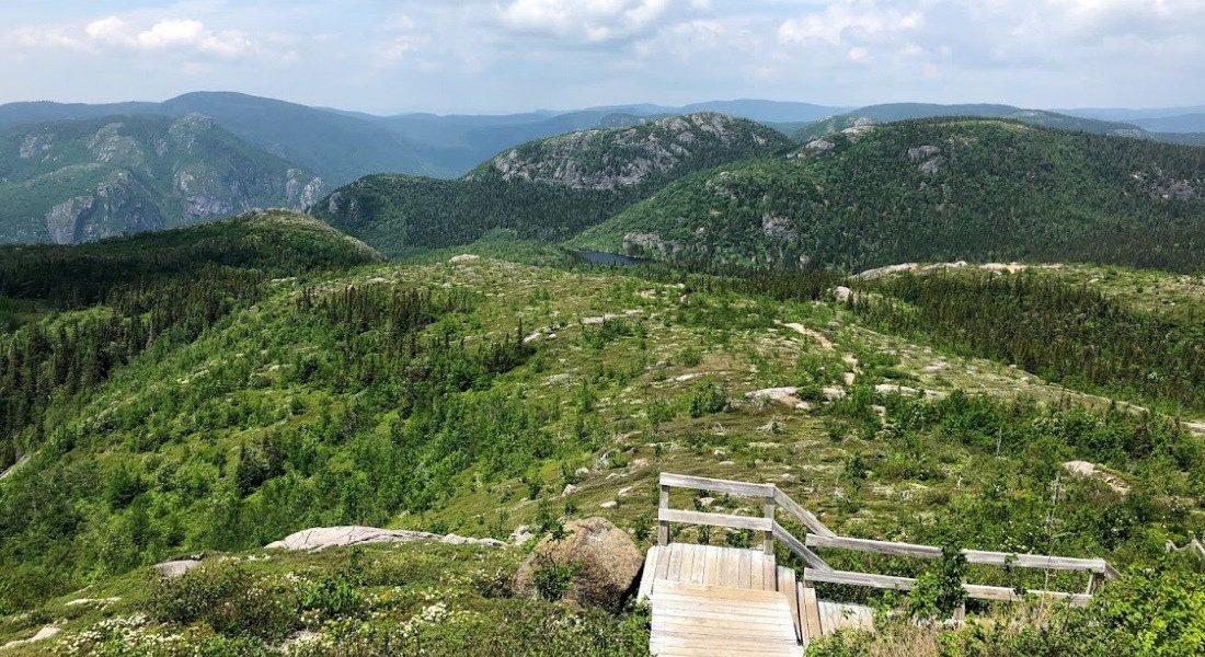 Randonnée pédestre en famille jusqu'au sommet du Mont-du-Lac-des-Cygnes