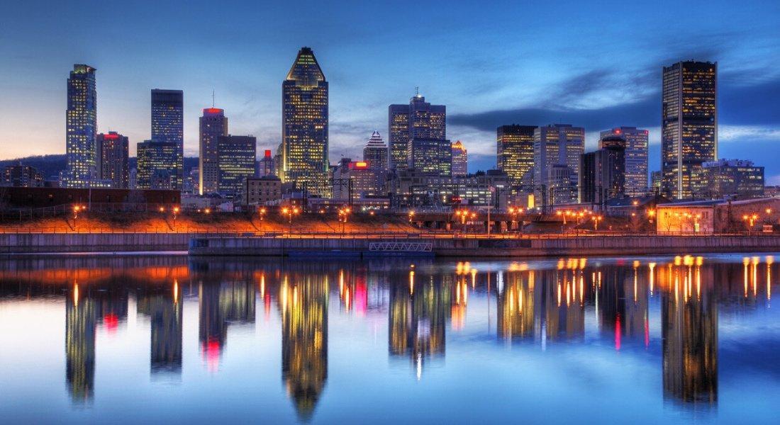 Vue sur les grattes-ciel de Montréal la nuit