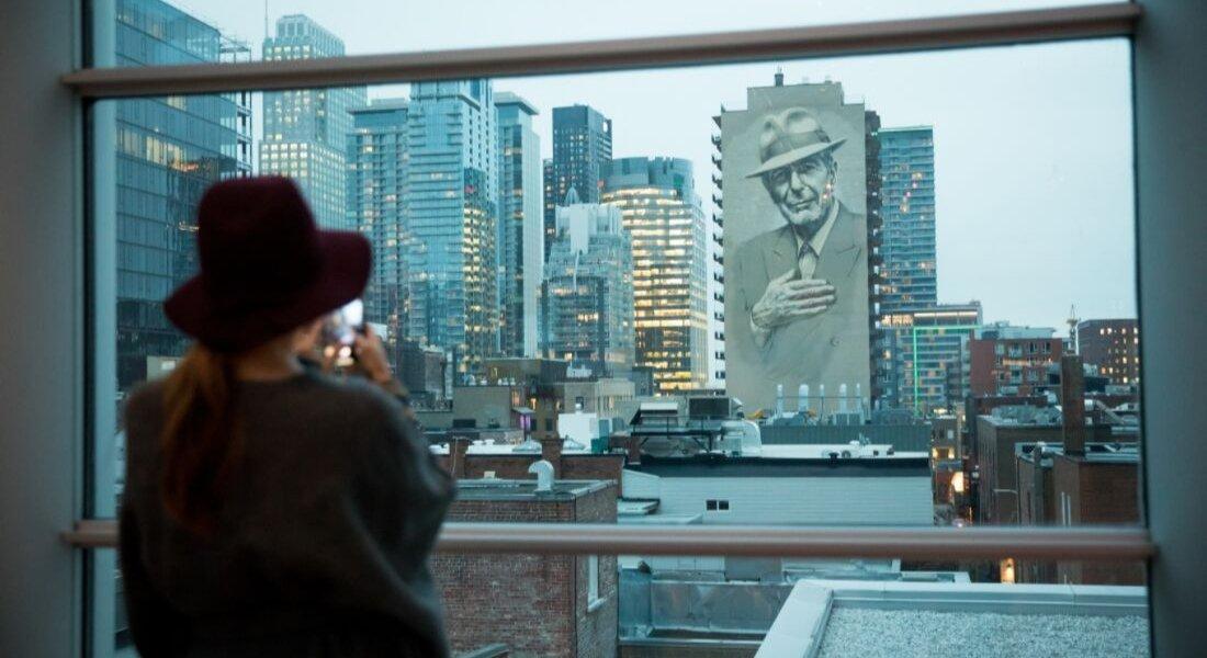 Murale hommage à Léonard Cohen depuis le Musée des beaux-arts