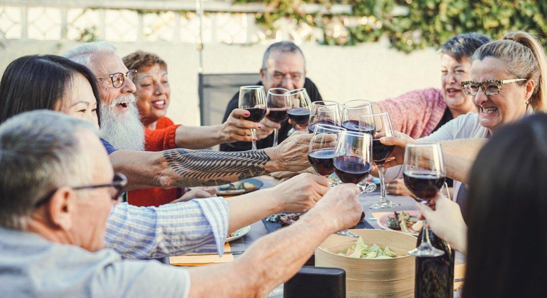 Groupe d'adulte qui partage un moment convivial autour d'un bon repas