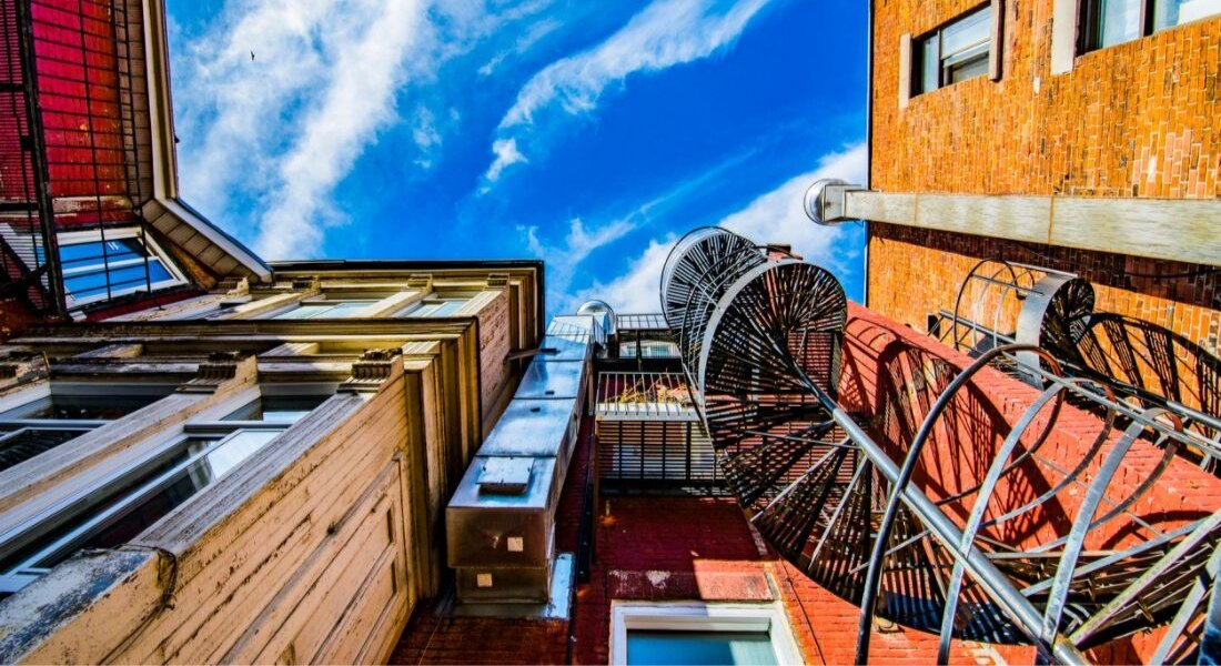Escaliers devant les maisons à Montréal