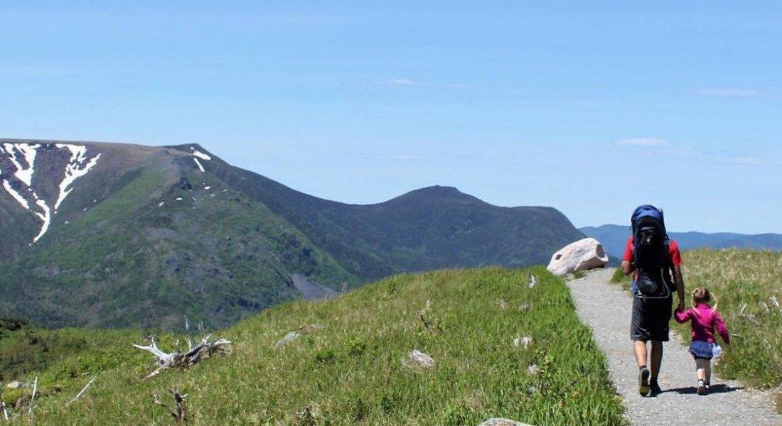 Père et fils sur le sentier menant au sommet du mont Ernest-Laforce