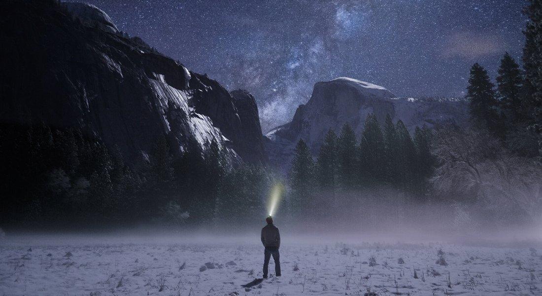 Randonneur face à la montagne au clair de lune