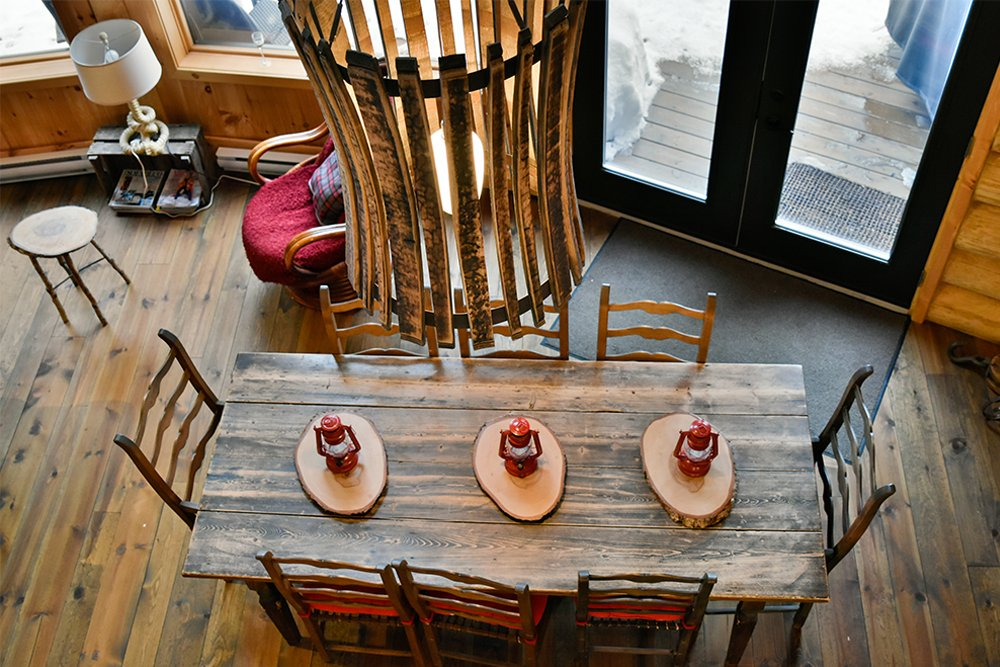 Chalet en bois rond Le Pinecone - Sale à manger vue de la Mezzanine
